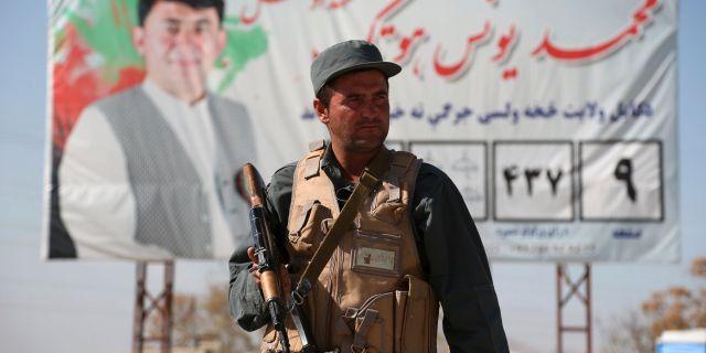 Afghansk polis vid säkerhetskontroll, 17 oktober. Rahmat Gul / TT NYHETSBYRÅN/ NTB Scanpix