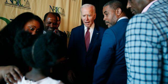 Joe Biden med svarta väljare. John Locher / TT NYHETSBYRÅN
