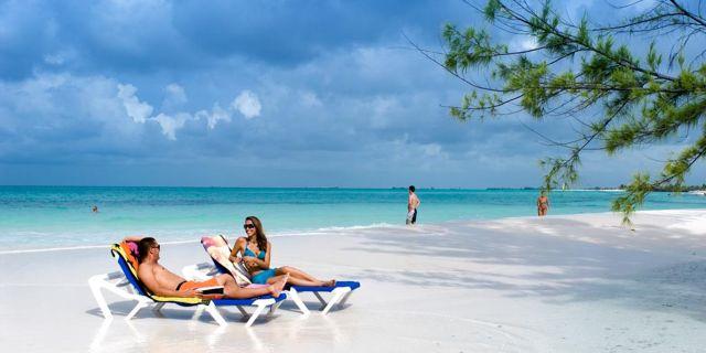 Ön är helt inramad av korallrev med hisnande snorkling och dykning. Wikicommons