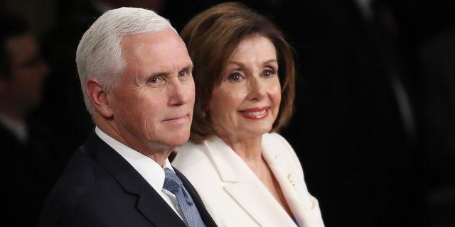 Vicepresident Mike Pence, här tillsammans med representanthusets talman, Nancy Pelosi.  Drew Angerer / GETTY IMAGES NORTH AMERICA