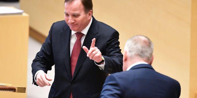 Statsminister Stefan Löfven och V-ledaren Jonas Sjöstedt i riksdagens talarstol.  Janerik Henriksson/TT / TT NYHETSBYRÅN