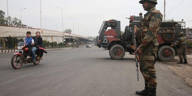 En indisk soldat patrullerar gatorna i staden Jammu.  MUKESH GUPTA / TT NYHETSBYRÅN