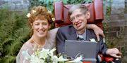 Stephen Hawking vid bröllopet med sin andra fru Elaine Mason 1995. Russell Boyce / TT NYHETSBYRÅN