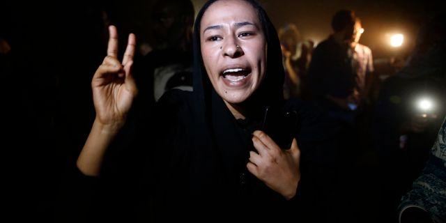 En sudanesisk kvinna under protester i landet i juni. Hussein Malla / TT NYHETSBYRÅN