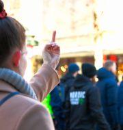 Kvinna gestikulerar mot nazister som demonstrerar, icke-tillståndsgivet, i Jönköping, 24 februari. TT / TT NYHETSBYRÅN