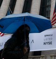 Illustrationsbild: Kvinnor går förbi Wall Street-börserna i regnet. Mark Lennihan / TT NYHETSBYRÅN