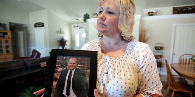 Arkivbild. Holts mamma visar upp en bild på sonen. Rick Bowmer / TT NYHETSBYRÅN