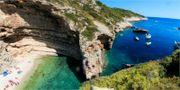 Stiniva på ön Vis i Kroatien har blivit framröstad till Europas vackraste badstrand. Experience Dalmatia