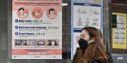 En kvinna bär skyddsmask i kinesiska Wuhan där utbrottet startade. JUNG YEON-JE / AFP