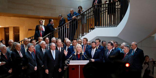 Republikaner i representanthuset talar med medier när Laura Cooper anlände för att frågas ut i riksrättsprocessen. CARLOS JASSO / TT NYHETSBYRÅN