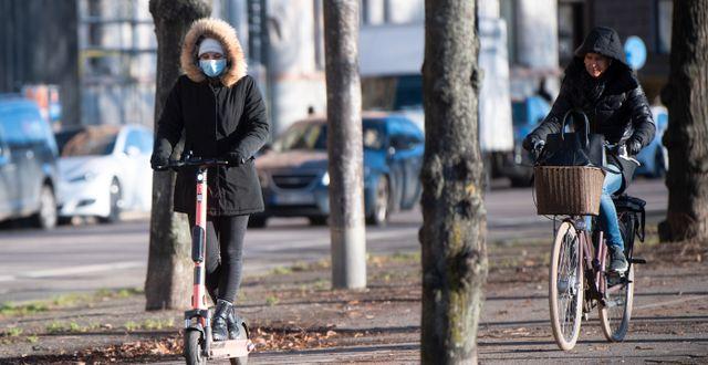 Kvinna med munskydd i Stockholm. Fredrik Sandberg/TT / TT NYHETSBYRÅN
