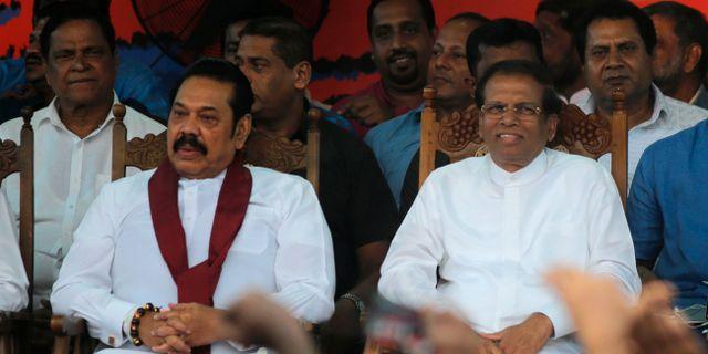Sri Lankas president Maithripala Sirisena till höger och den nyutnämnde premiärminister Mahinda Rajapaksa.  Eranga Jayawardena / TT NYHETSBYRÅN/ NTB Scanpix