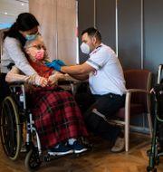 En israelisk kvinna som igår fick sin andra vaccindos. Oded Balilty / TT NYHETSBYRÅN