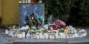 Ljus och blommor vid minnesplats för Karolin Hakim Johan Nilsson/TT / TT NYHETSBYRÅN