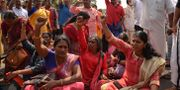 Kvinnor protesterar mot de grupper som håller dem borta från templet. R S Iyer / TT NYHETSBYRÅN