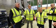 Fritzon (till vänster) visar ministrar X2000-tåg som byggs om hos ABB i Tillberga. Arkivbild. Fredrik Sandberg/TT / TT NYHETSBYRÅN