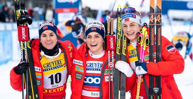 Heidi Weng, Therese Johaug och Astrid Jacobsen efter loppet. CARL SANDIN / BILDBYRÅN