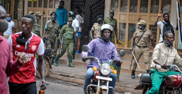 Ugandas säkerhetsstyrkor patrullerar gatorna. TT NYHETSBYRÅN