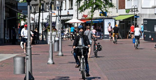 Kvinna cyklar i Gütersloh.  Martin Meissner / TT NYHETSBYRÅN