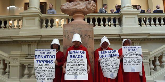 Kvinnor protesterar i Atlanta mot delstaten Georgias ny strikta abortlag. TT