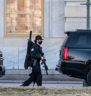 Polisen patrullerar utanför Kapitolium. J. Scott Applewhite / TT NYHETSBYRÅN