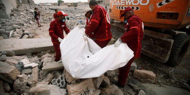 Röda korset tar hand om kroppar efter den senaste flygräden i Dhamar i Jemen. MOHAMED AL-SAYAGHI / TT NYHETSBYRÅN