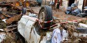 En bil har krossats i de stora översvämningarna.  ENRIQUE CALVO / TT NYHETSBYRÅN