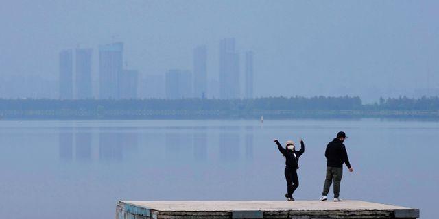 Illustrationsbild. En kvinna dansar i Wuhan.  Aly Song / TT NYHETSBYRÅN