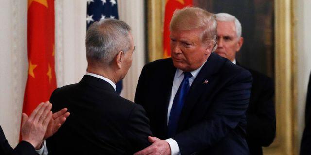 Liu He och Donald Trump.  Steve Helber / TT NYHETSBYRÅN