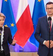 EU-kommissionens ordförande Ursula von der Leyen och Polens premiärminister Mateusz Morawiecki. Czarek Sokolowski / TT NYHETSBYRÅN