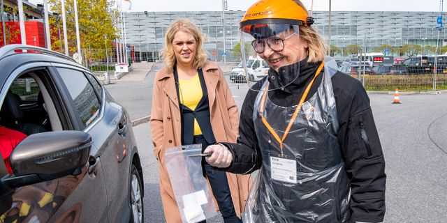 Lena Hallengren till vänster. Jonas Ekströmer/TT / TT NYHETSBYRÅN