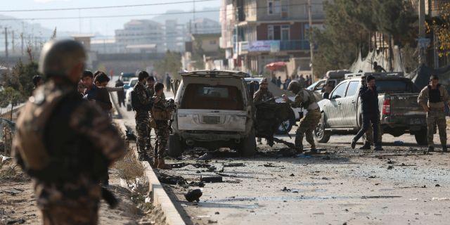 Soldater vid platsen för bombdådet på onsdagen.  Rahmat Gul / TT NYHETSBYRÅN