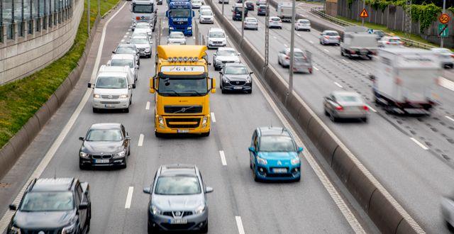 Trafik på E6 genom Göteborg dagen före midsommarafton.  ADAM IHSE / TT / TT NYHETSBYRÅN