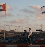 Förenade arabemiraten och Israels flagga på fredsbron i Israel.  Ariel Schalit / TT NYHETSBYRÅN