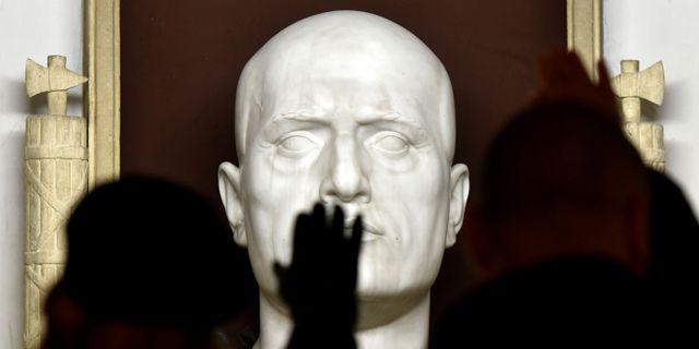 Fascisthälsning framför Mussolinis grav. Arkivbild. TIZIANA FABI / AFP