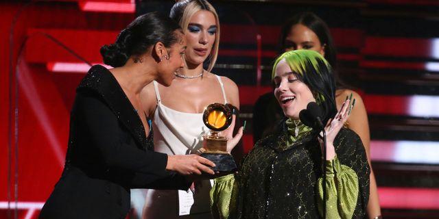 Alicia Keys och Dua Lipa delar ut priset för årets nykomling till Billie Eilish. Matt Sayles / TT NYHETSBYRÅN
