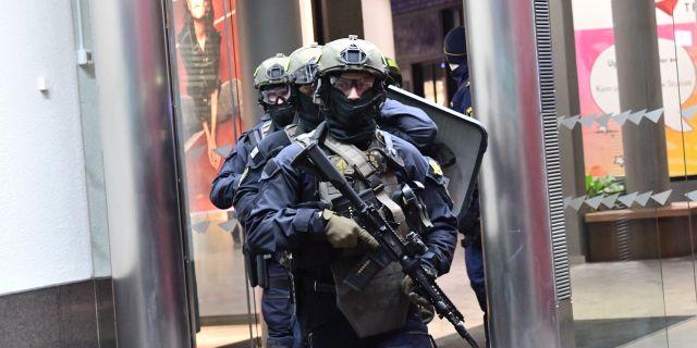 Manga poliser men pa fel plats