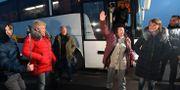 Fångarna kliver av en buss. GENYA SAVILOV / AFP