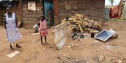 En familj som använder solapaneler i Zimbabwe. Tsvangirayi Mukwazhi / TT NYHETSBYRÅN