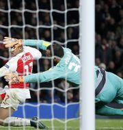 Alexis Sanchez gör 3–0-målet. ADRIAN DENNIS / AFP