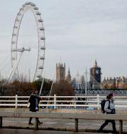 Boris Johnson/Personer med munskydd i London. TT