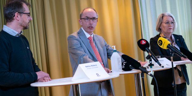 Mattias Waldeck, biträdande smittskyddsläkare, Alf Jönsson, regiondirektör, och Pia Lundbom, hälso- och sjukvårdsdirektör, vid torsdagens presskonferens med Region Skåne i Regionhuset i Malmö.  Johan Nilsson/TT / TT NYHETSBYRÅN