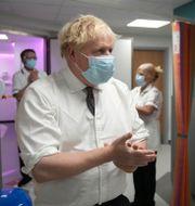 Boris Johnson under besök på sjukhus i Leeds i går.  Christopher Furlong / TT NYHETSBYRÅN