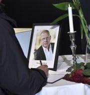 En kondoleansbok bredvid ett tänt ljus och ett fotografi på Benny Fredriksson på Kulturhuset i Stockholm. Claudio Bresciani/TT / TT NYHETSBYRÅN