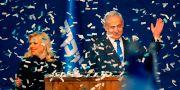 Benjamin Netanyahu under sitt segertal, här med frun Sara. GIL COHEN-MAGEN / TT NYHETSBYRÅN