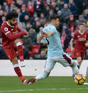 Mohamed Salah skjuter in 2–0. PETER POWELL / TT NYHETSBYRÅN
