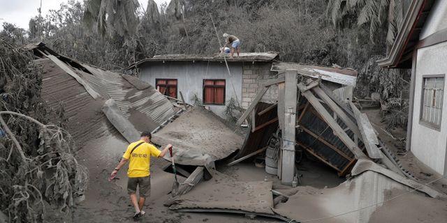 Ett förstört hus i södra Filippinerna på grund av vulkanen Taals aktivitet. Aaron Favila / TT NYHETSBYRÅN