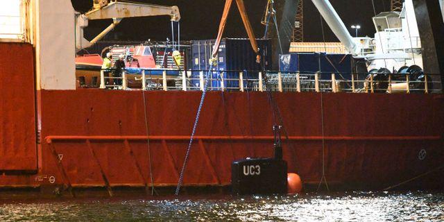 Bärgningsfartyget Vina med ubåten Nautilus utmed sidan anlände till kaj i Köpenhamns hamn vid 22.30-tiden på lördagskvällen. Tornet på ubåten syns mot fartygssidan och är märkt UC3 på tornet. Johan Nilsson/TT / TT NYHETSBYRÅN