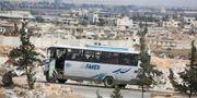 En buss med Jaish al-Islam-rebeller och deras familjemedlemmar evakueras från Douma under lördagen.  STRINGER / AFP