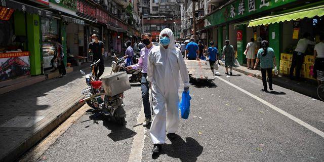 Man i skyddskläder i Wuhan där smittan startade. HECTOR RETAMAL / TT NYHETSBYRÅN